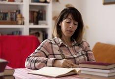 Författare som hemma skriver en roman Royaltyfri Bild