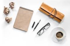 Författareacsessories Tappninganteckningsboken, penna, skrynklade papper och coffeee på den vita modellen för den bästa sikten fö Royaltyfri Bild