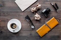 Författareacsessories Tappninganteckningsboken, penna, skrynklade papper och exponeringsglas på bästa sikt för vit bakgrund Royaltyfria Bilder