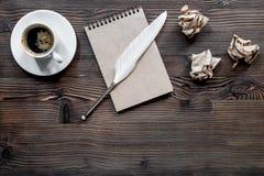 Författarebegrepp Befjädra pennan, tappninganteckningsboken och skrynkligt papper på träcopyspace för bästa sikt för tabellbakgru Fotografering för Bildbyråer