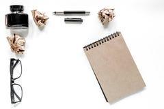 Författarebegrepp Exponeringsglas-, penn- och tappninganteckningsbok på vit copyspace för modell för bästa sikt för bakgrund Royaltyfri Foto