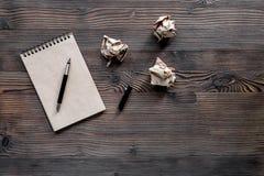 Författarebegrepp Tappninganteckningsbok och skrynkligt papper på träcopyspace för bästa sikt för tabellbakgrund Arkivbild