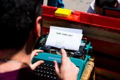 Författaremaskinskrivning på den gamla skrivmaskinen som uring den sant jordi dagen i barcelona Royaltyfria Foton