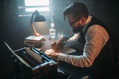 Författaren i exponeringsglas skriver romanen med en fjäder Royaltyfria Bilder