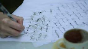 Författaren i regnet stock video