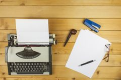 Författaren skriver en romansk roman En förälskelsebokstav för valentin dag Förklaring av förälskelse som är skriftlig på papper Arkivfoto