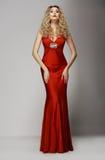 Förfining. Förförisk kvinna i röd modeklänning. Utstrålning Arkivbilder