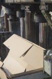 Förfogande av att förpacka på en gammal hydraulisk press arkivbild