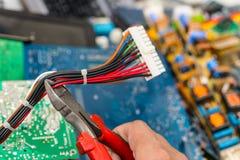 Förfogande av elektronisk avfalls med plattång i hand av arbetaren royaltyfri bild
