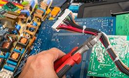 Förfogande av elektronisk avfalls Räcka med plattång arkivfoton