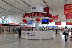 Förfrågningsskrivbord av shenzhen den norr järnvägsstationen Arkivbilder