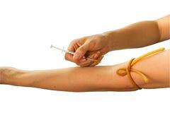 Förgifta att injicera vid injektionssprutan i den mänskliga armen som isoleras på vit bakgrund Sparat med den snabba banan Royaltyfria Bilder