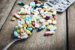 Förgiftar preventivpilleren på skeden för din behandling din hälsa Arkivfoton