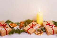 Förgrena sig dekorativ gran för julbakgrundsgräsplan gåvaträbakgrund Royaltyfria Foton