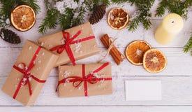 Förgrena sig dekorativ gran för julbakgrundsgräsplan gåvaträbakgrund Arkivfoto