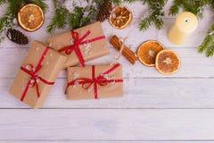 Förgrena sig dekorativ gran för julbakgrundsgräsplan gåvaträbakgrund Arkivfoton