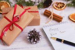 Förgrena sig dekorativ gran för julbakgrundsgräsplan gåvaträbakgrund Royaltyfri Foto