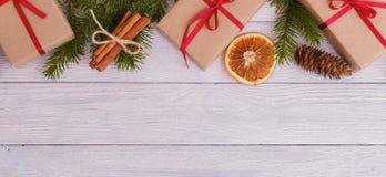 Förgrena sig dekorativ gran för julbakgrundsgräsplan gåvaträbakgrund Arkivbild