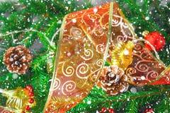 Förgrena sig det dekorativa bandet för röd jul från organza som omges av gran Royaltyfri Fotografi