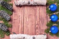 Förgrena sig sammansättning för det nya året för jul med tangerin, kottar, muttrar, den vide- korgen och gran i lantlig stil på g Royaltyfria Foton