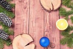 Förgrena sig sammansättning för det nya året för jul med tangerin, kottar, muttrar, den vide- korgen och gran i lantlig stil på g Arkivfoto