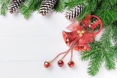 Förgrena sig sammansättning för det nya året för jul med tangerin, kottar, muttrar, den vide- korgen och gran i lantlig stil på g Arkivbild