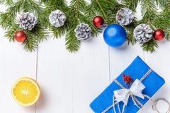 Förgrena sig sammansättning för det nya året för jul med tangerin, kottar, muttrar, den vide- korgen och gran i lantlig stil på g Arkivfoton