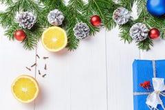 Förgrena sig sammansättning för det nya året för jul med tangerin, kottar, muttrar, den vide- korgen och gran i lantlig stil på g Arkivbilder