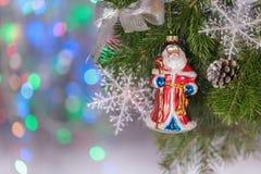 Förgrena sig sammansättning för det nya året för jul med tangerin, kottar, muttrar, den vide- korgen och gran i lantlig stil på g Royaltyfri Foto
