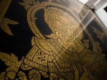 Förgylld dörrmodelljätte i tempel royaltyfri fotografi
