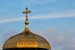 Förgylld kupol av den ortodoxa kristna kyrkan Arkivfoton