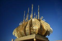Förgylld lampa i mausoleet av Mohammed V i Rabat, Marocko Royaltyfria Bilder