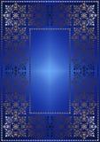 Förgylld openwork ram på blå satänglutningbakgrund Arkivbild
