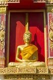 Förgylld skulptur buddha sitter Royaltyfria Foton