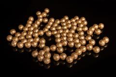 Förgyllda bollar på en svart bakgrund Royaltyfri Bild