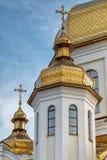 Förgyllda kupoler av den ortodoxa kristna kyrkan skiner på den blåa himlen Royaltyfri Bild