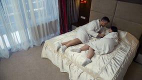 Förhållande för förälskelseintimitetpar som flörtar sovrummet arkivfilmer