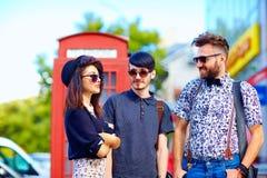 Förhållande för ungdomkultur, vänner på gatan Arkivfoto