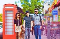 Förhållande för ungdomkultur, vänner på gatan Fotografering för Bildbyråer