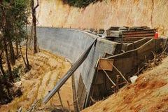 Förhindra jordskredet av vägen i skog. Arkivfoto
