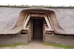 Förhistorisk rekonstruktion av ett hus för stenålder Royaltyfri Foto