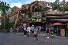 Förhistorisk temarestaurang, whitdinosaurieskelett, i den Disney våren, sjö Buena Vista royaltyfria foton