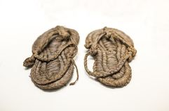 Förhistoriska Esparto sandaler royaltyfri bild