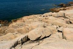 Förhistoriska rosa granittjock skiva av Rock på kanten av Schooden royaltyfria bilder