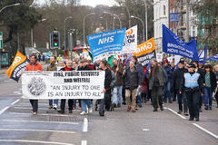 Förkämpar marscherar till och med Brighton, UK i protest mot de planerade snitten till service för den offentliga sektoren Marsch Royaltyfri Bild