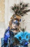 Förklädd kvinna för påfågel - Venedig karneval 2014 Arkivfoto