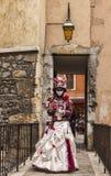 Förklädd person på en bro royaltyfri foto
