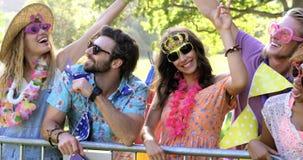 Förklädda hipstervänner som applåderar deras händer stock video
