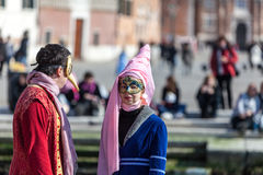 Förklädda par i Venedig Royaltyfri Bild
