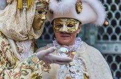 Förklädda par med den magiska bollen Royaltyfri Fotografi